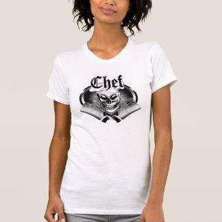 Cráneo 4 del cocinero con las cuchillas que fuman camisas
