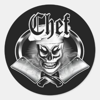 Cráneo 4 del cocinero con las cuchillas que fuman pegatina redonda