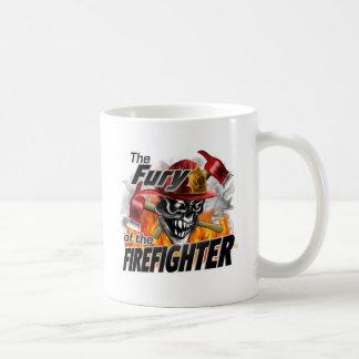 Cráneo 5 del bombero y llamas taza clásica
