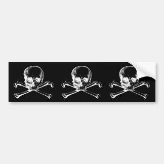 Cráneo adaptable y bandera pirata del vintage etiqueta de parachoque