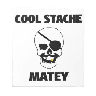 Cráneo afable fresco del pirata de Stache Libretas Para Notas