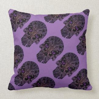 Cráneo afiligranado en sombras de la púrpura cojín