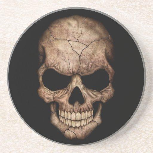 Cráneo agrietado que emerge de oscuridad posavasos manualidades