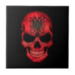 Cráneo albanés de la bandera en negro azulejo ceramica