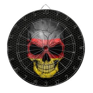 Cráneo alemán de la bandera en el gráfico de acero tablero de dardos
