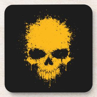 Cráneo amarillo de la salpicadura del goteo posavasos de bebidas