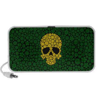 Cráneo amarillo de las flores salvajes en verde notebook altavoz