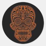Cráneo anaranjado complejo del azúcar en negro etiqueta redonda