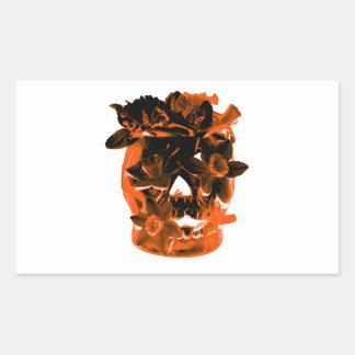 Cráneo anaranjado y negro del narciso pegatina rectangular