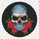 Cráneo argentino de la bandera con los rosas rojos etiquetas redondas