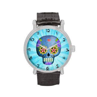 Cráneo azul del azúcar con los bigotes relojes de mano