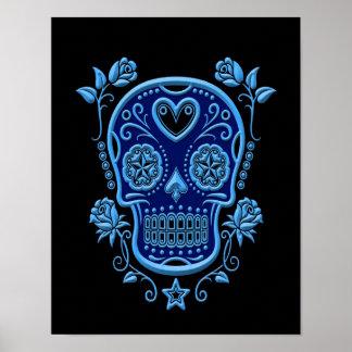 Cráneo azul del azúcar con los rosas en negro poster