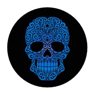 Cráneo azul del azúcar que remolina en negro fichas de póquer