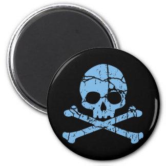 Cráneo azul gastado y bandera pirata imán redondo 5 cm