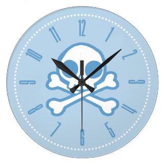Cráneo azul lindo y bandera pirata reloj redondo grande