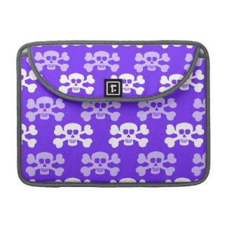 Cráneo azul, púrpura y blanco violeta y huesos cru funda para macbooks