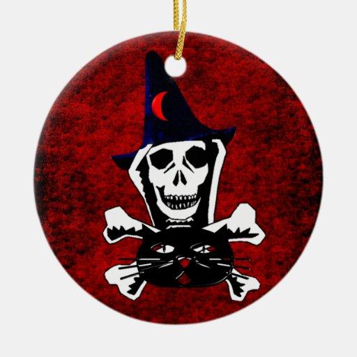 Cráneo, bandera pirata, y gato adorno navideño redondo de cerámica
