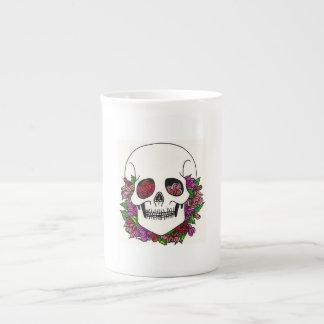 Cráneo barbudo con los rosas del melocotón, rosado taza de porcelana
