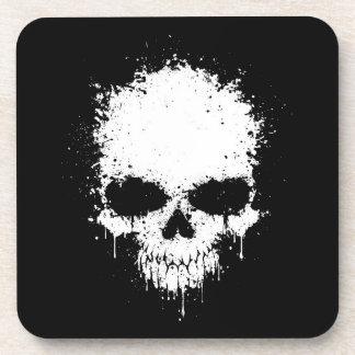 Cráneo blanco de la salpicadura del goteo posavaso