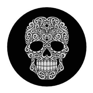 Cráneo blanco del azúcar que remolina en negro juego de fichas de póquer