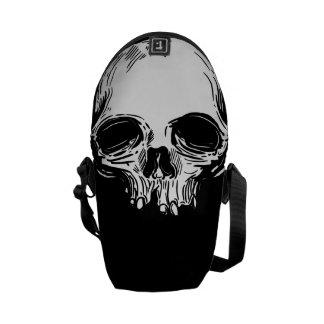 Cráneo blanco en la bolsa de mensajero negra bolsa messenger