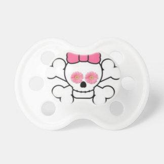 Cráneo blanco femenino y pacificador rosado de la  chupete