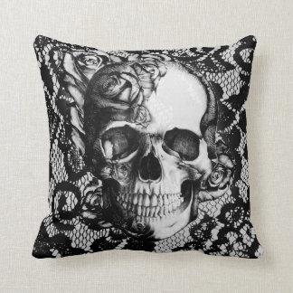 Cráneo blanco y negro del cordón y de los rosas cojín decorativo