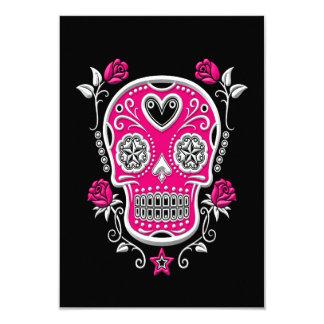 """Cráneo blanco y rosado del azúcar con los rosas en invitación 3.5"""" x 5"""""""