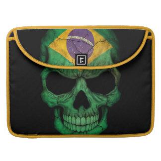 Cráneo brasileño de la bandera en negro funda para macbooks
