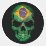 Cráneo brasileño de la bandera en negro etiqueta redonda