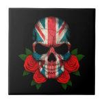 Cráneo británico de la bandera con los rosas rojos teja