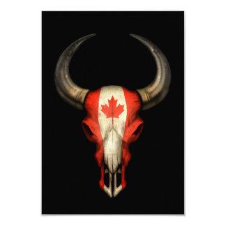 Cráneo canadiense de Bull de la bandera en negro Invitaciones Personalizada