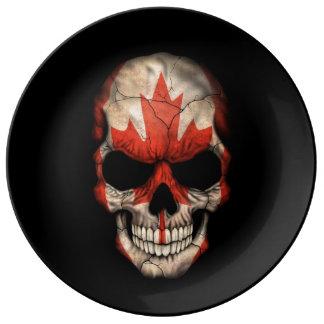 Cráneo canadiense de la bandera en negro platos de cerámica