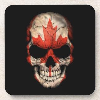 Cráneo canadiense de la bandera en negro posavasos de bebidas