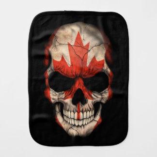 Cráneo canadiense de la bandera en negro paños de bebé