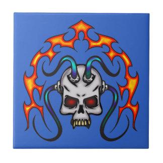 Cráneo cibernético y llamas azulejo cuadrado pequeño
