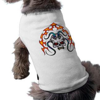 Cráneo cibernético y llamas playera sin mangas para perro
