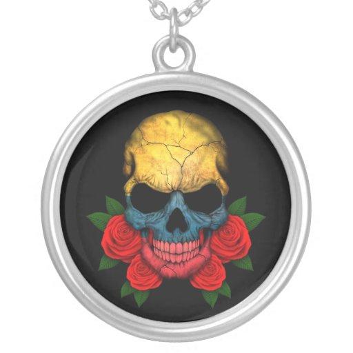Cráneo colombiano de la bandera con los rosas rojo collares