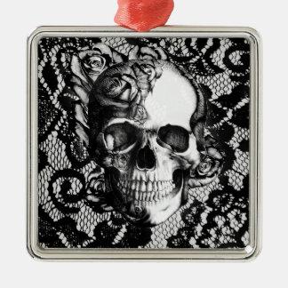 Cráneo color de rosa blanco y negro en fondo del c ornamente de reyes
