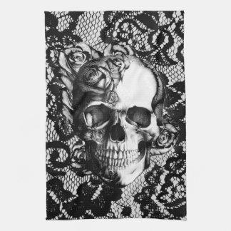 Cráneo color de rosa blanco y negro en fondo del c toalla de mano