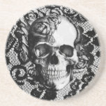 Cráneo color de rosa blanco y negro en fondo del c posavasos manualidades