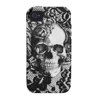 Cráneo color de rosa blanco y negro en fondo del Case-Mate iPhone 4 carcasas