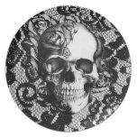 Cráneo color de rosa blanco y negro en fondo del plato de comida