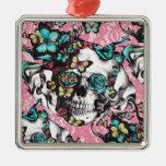 Cráneo color de rosa floral con las mariposas adorno de navidad
