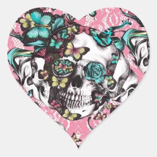 Cráneo color de rosa floral con las mariposas pegatina en forma de corazón