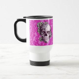 Cráneo color de rosa retro en cordón magenta taza de viaje