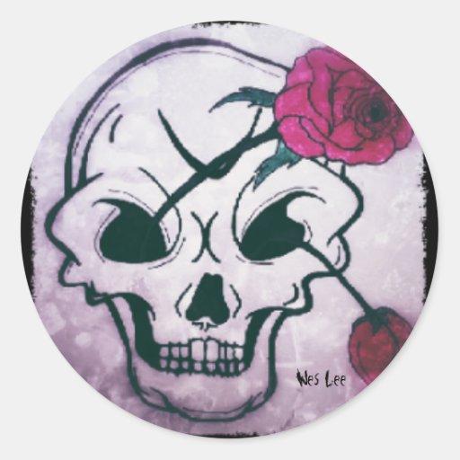 Cráneo color de rosa rosado fresco pegatina redonda