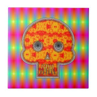 Cráneo colorido del robot en fondo del arco iris azulejo cuadrado pequeño