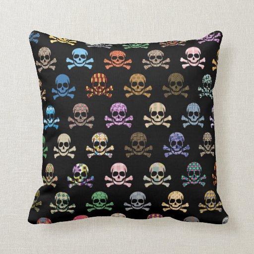 Cráneo colorido y huesos cruzados almohada