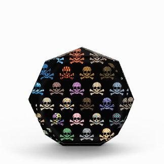 Cráneo colorido y huesos cruzados